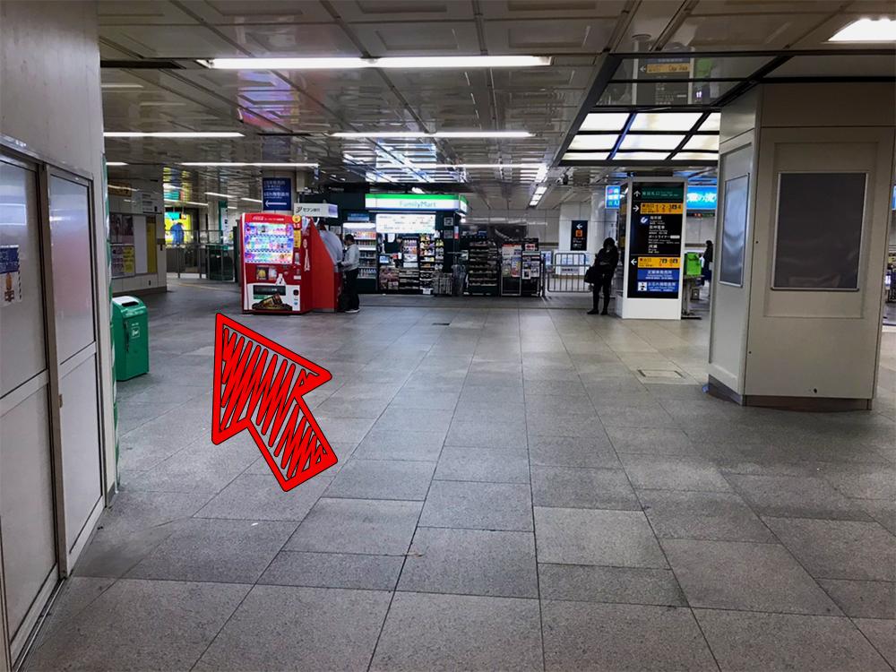 ⑥地下鉄の駅が見えたら左方向へ進みます。