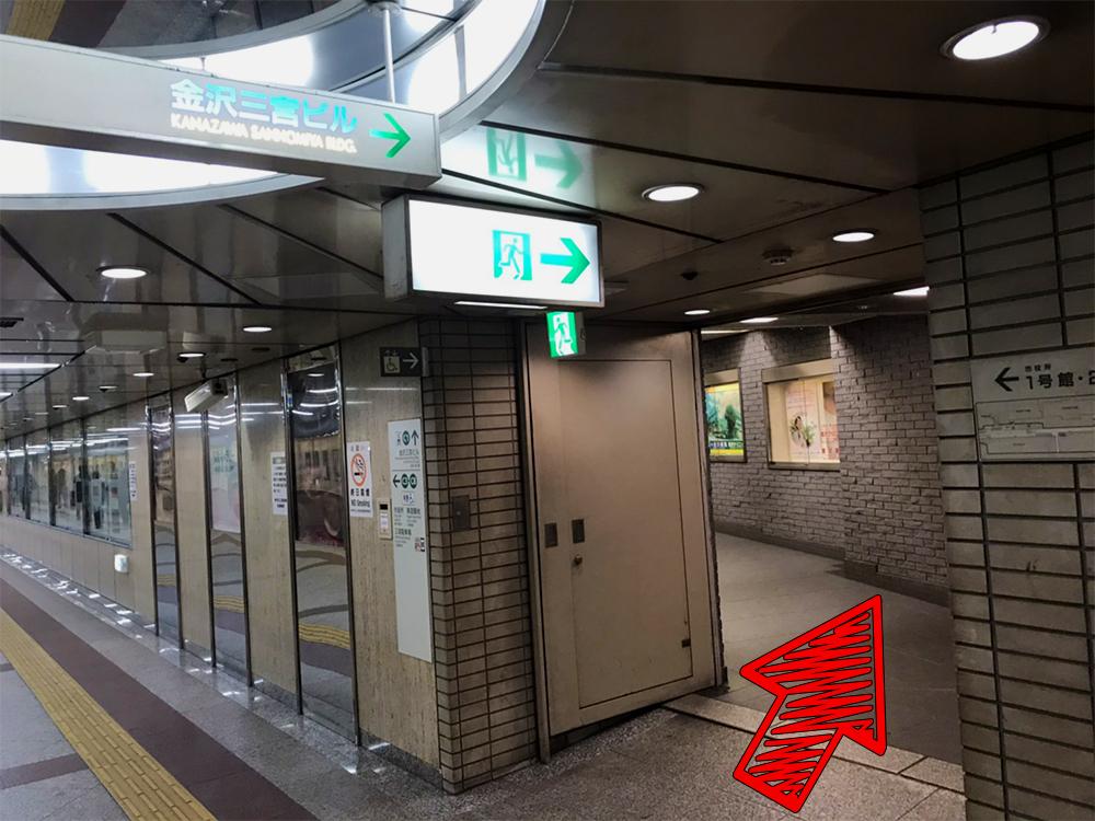 ⑨「金沢三宮ビル」が見えたら細い方の道を進みます。