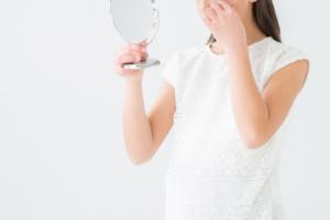 鏡を眺める女性