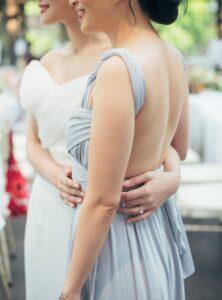 ドレス女性の背中姿